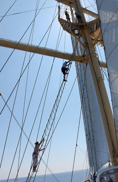 Til topps! Og fra plattformen der oppe får man god utsikt over både skip og hav. Foto: Ida Anett Danielsen