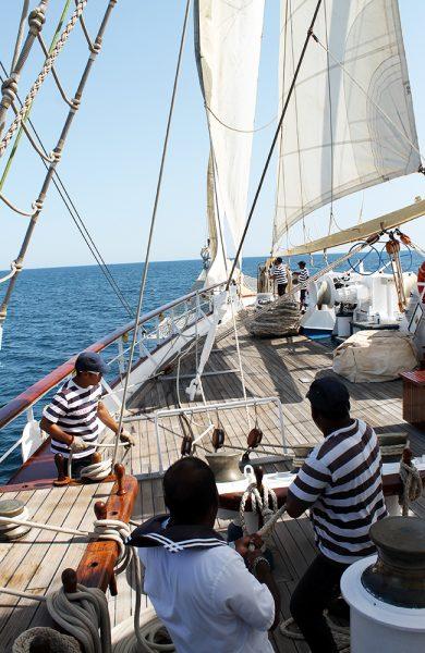 Mannskapet jobber iherdig med å sette seil. Foto: Ida Anett Danielsen