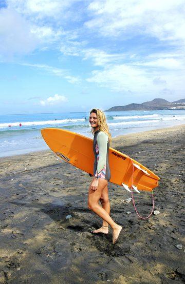 Nina Pajsas er ute med surfebrettet på Las Canteras-stranden mellom spansktimene. Foto: Runar Larsen
