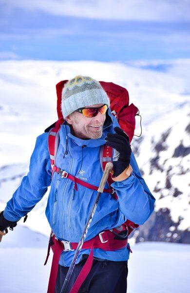 Guide Terje Olav Olsen (63) har gått turen hele 54 ganger før, men lar seg fortsatt imponere. Foto: Mari Bareksten