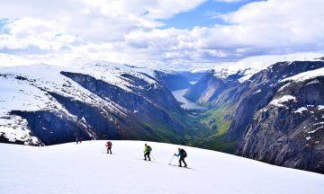 Turen starter med vinter og er på sitt mest spektakulære når vi møter de bratte sidene ned mot Simadalen, og når den hvite isbreen stuper ned i den grønne dalen ned mot Eidfjord. Foto: Mari Bareksten