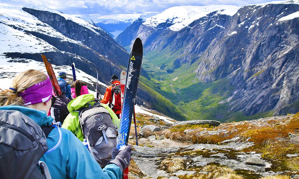 Snø blir etterhvert byttet ut med bar bakke, og vi bytter ut ski med å gå på beina. Foto: Mari Bareksten