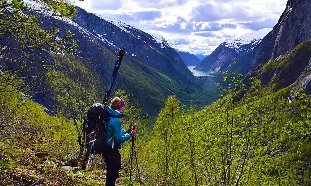 «Fjell til fjord» er kontrastenes tur, hvor den hvite vinteren eterhvert erstattes med blomstrende frukttrær og fristende badevann. Foto: Mari Bareksten