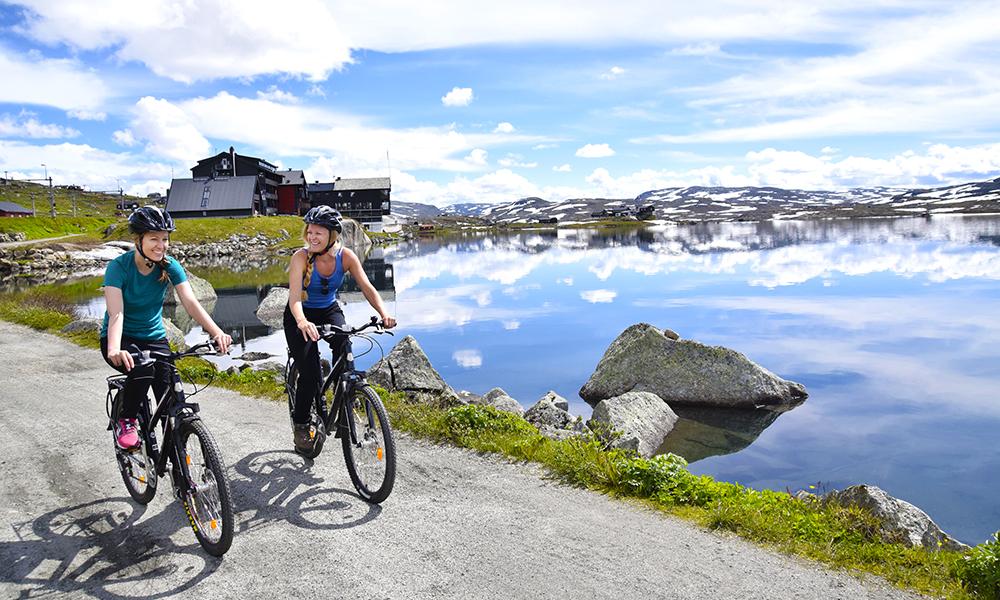 Langs den nasjonalromantiske sykkelturen Rallarvegen får man en god blanding av norgeshistorie, naturopplevelser og tradisjonsrike matopplevelser. Foto: Mari Bareksten