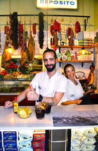 Bak disken i Vermuteria Rosa mikser Pito Mera (35) og Emilie Vasileva (26) siste skrik på drikkefronten: vermut blandet med soda. En stopp på vermuteria er det hippeste du kan gjøre i Palma nå. Foto: Torild Moland