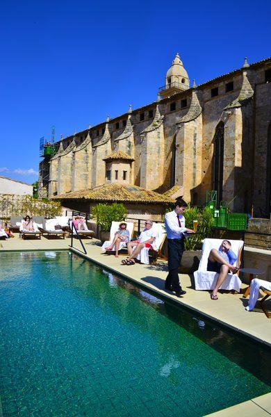 Palma har etterhvert fått en rekke lekre boutiquehotell, som Hotel Sant Francesc som ligger vegg i vegg med kirken ved samme navn. Fra takterrassen er det utsikt over store deler av gamlebyen. Foto: Torild Moland