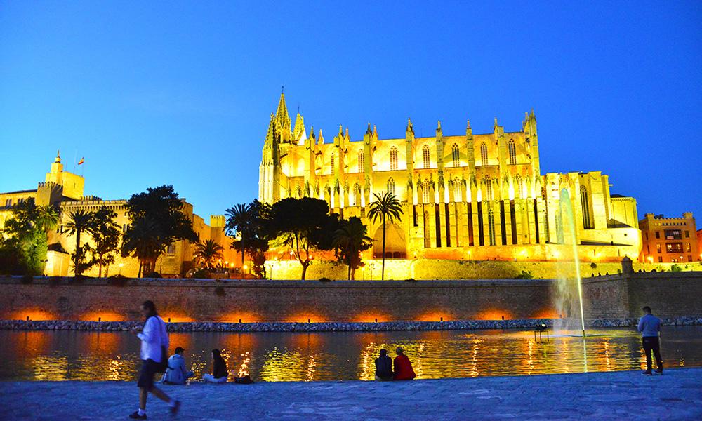 Den gotiske katedralen La Seu, eller Cathedral of Santa Maria of Palma, er Palmas ubestridte landemerke, og rager hele 44 meter fra bunn til topp – mange meter mer enn f.eks. Notre Dame. Foto: Torild Moland
