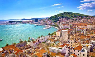 Den pensjonerte keiseren som grunnla Split ville bo klin inntil den turkise sjøen. Siden vannet har sunket noe, er det i dag plass til en promenade mellom by og vann. Foto: iStock