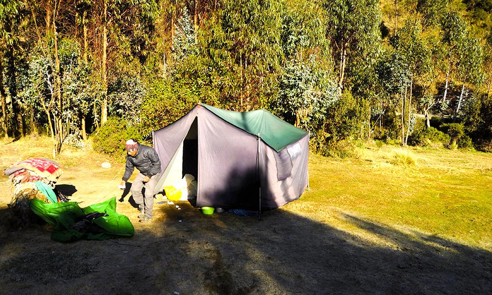 Underveis overnatter vi i telt. Og da gjelder det å pakke seg inn i varme klær. Foto: Ingrid Holtan Søbstad