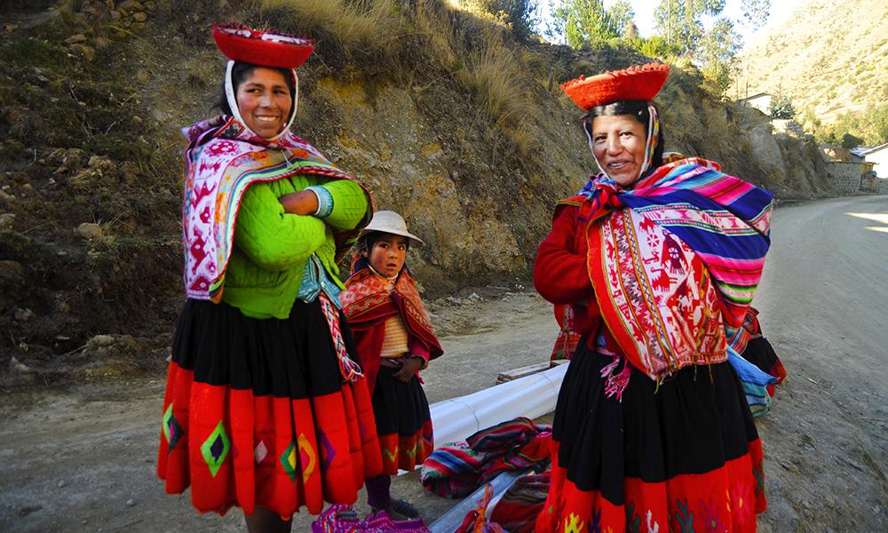 Nye bekjentskap i landsbyen Patacancha. Foto: Ingrid Holtan Søbstad