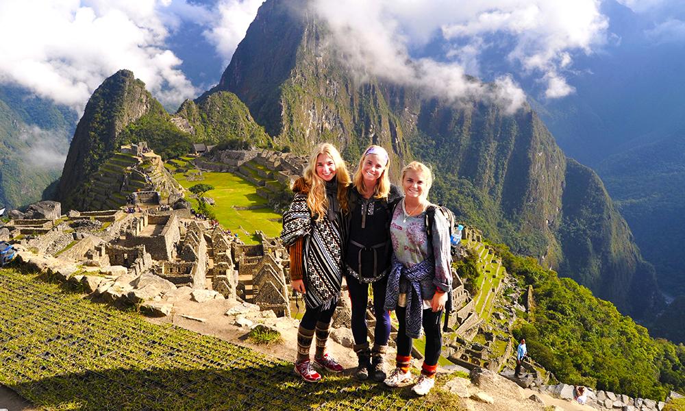 Ingrid Holtan Søbstad nådde toppen i vår reportasjekonkurranse. Her er hun flankert av de gode reisevenninnene Caroline Kiær (t.v) og Mia Kaels Kalleberg. Foto: Ingrid Holtan Søbstad