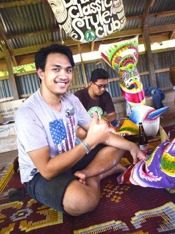 Kunstgruppen Dansai Classic Style Club forteller det er stor prestisje i hvem som maler de fineste maskene. Foto: Mari Bareksten