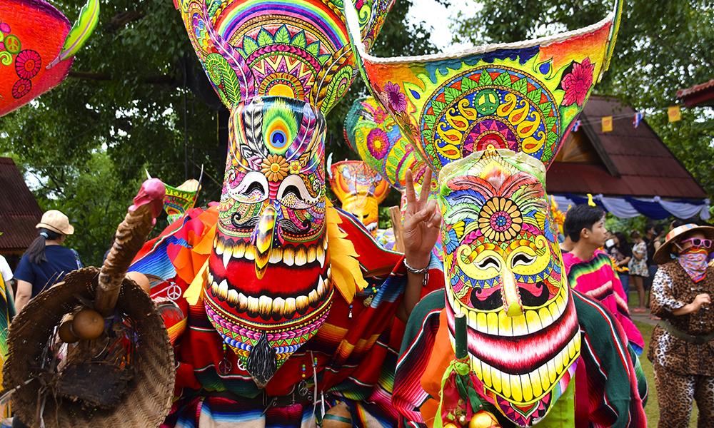 Maskene males svært forskjellige, men alle består av tre komponenter: ansiktet er lagd av kokospalmer, hatten er flettet av bambusstrå og den store nesen er lagd av kapoktre. Foto: Mari Bareksten