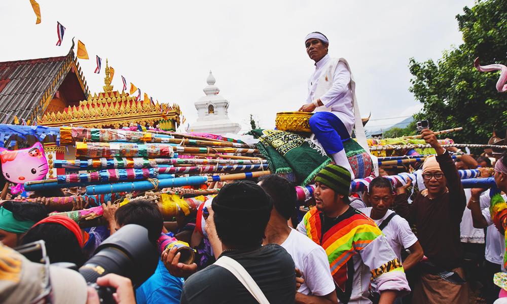 Den åndelige lederen bæres på en pidestall i bambus fra huset sitt til Ponchai-tempelet. Foto: Mari Bareksten