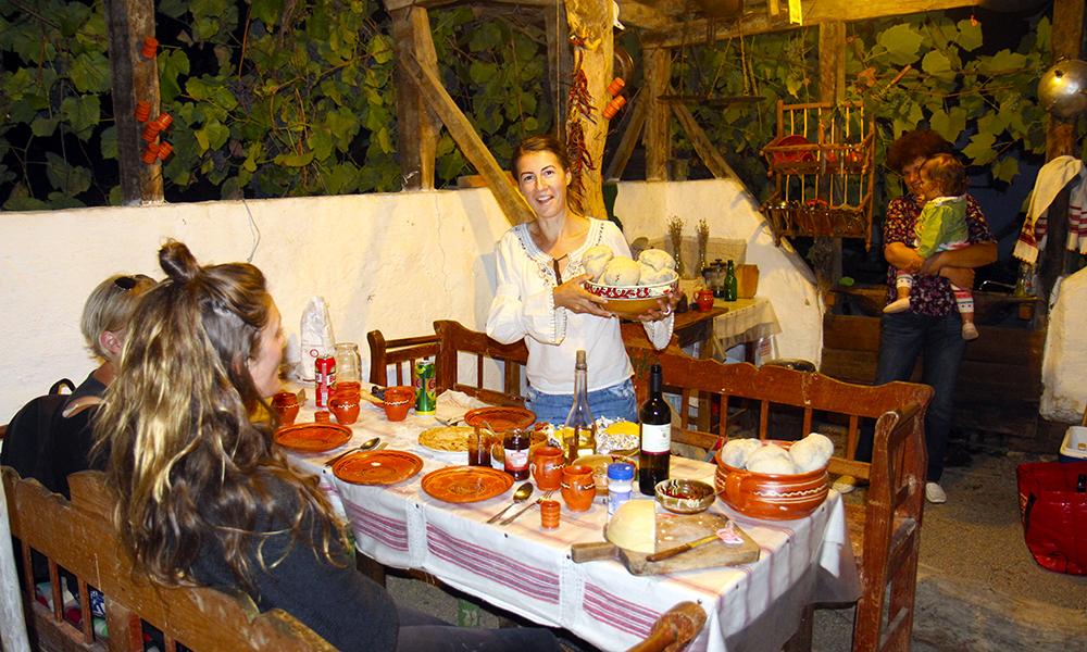 Med ovnsbakt brød, chilisyltetøy, polenta og noen glass med lokalt brennevin er alt klart for festlig måltid hos Andrada Tempe. Hun er en av den yngre generasjonen som har flyttet tilbake fra storbyens kjas og mas til landlig lykke på landsbygda. Foto: Runar Larsen