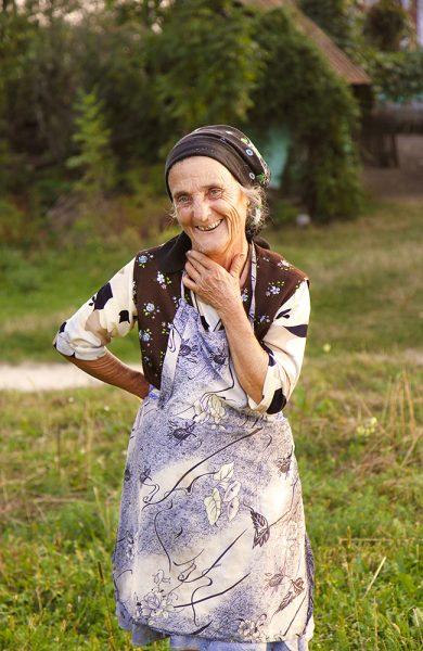 I sparsomt bebygde Rosia har tiden stått stille. Samtidig blir arbeidskraften stadig eldre; Maria (75) tar fortsatt i et tak ute på åkeren. Foto: Runar Larsen