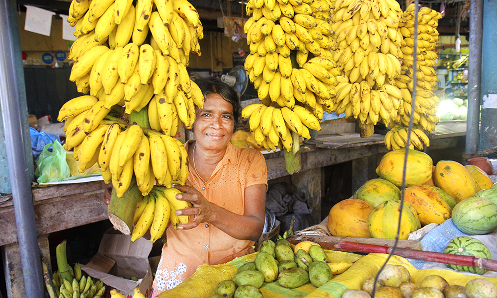 På markedet i Tangalle er smilene like brede som utvalget av frukt og grønt. Foto: Runar Larsen