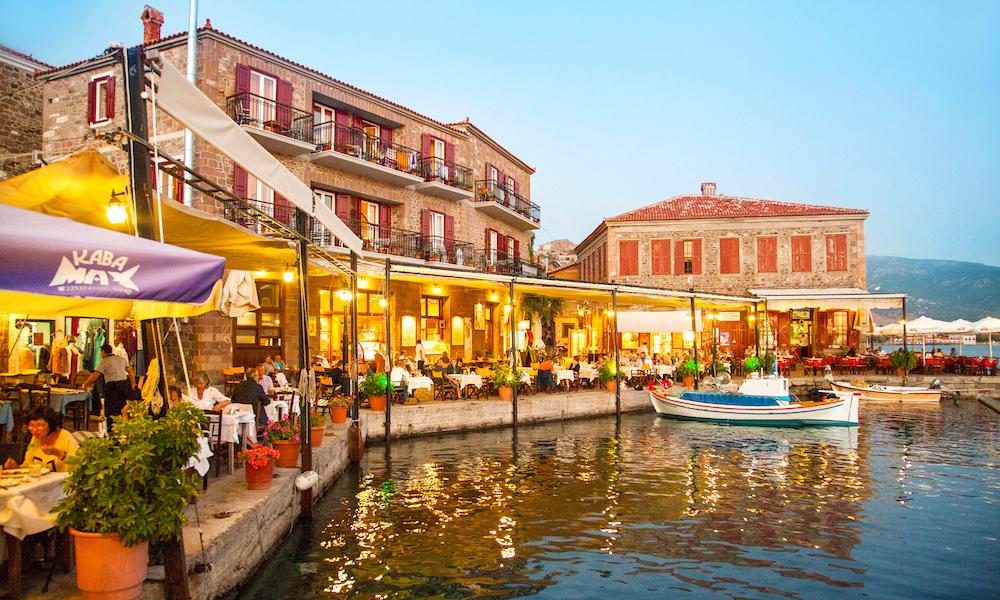 Helt gresk: Havnen ved Hotel SeaHorse er akkurat så sjarmerende som du drømmer om på ferie i Hellas. Foto: Ving