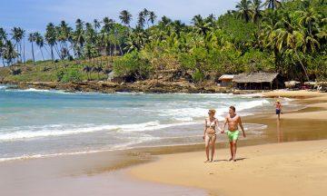 Langs sørkysten av Sri Lanka venter den ene stranda finere enn den andre – noen med mange solsenger, andre nesten helt urørte, som her i Tangalle. Foto: Runar Larsen
