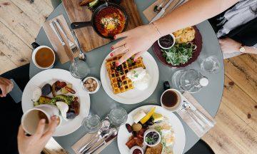 De fleste vet å oppføre seg på restaurant –men noen tips kan det jo være lurt å få frisket opp i. Foto: Pexels
