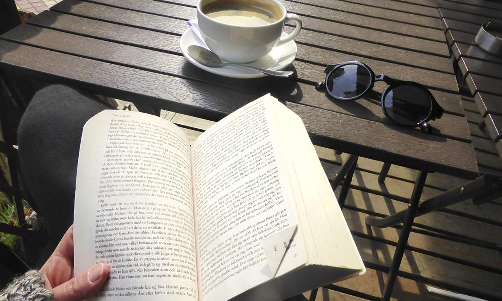 Om det blir kleint å sitte på kafé eller restaurant er det bare å ta med seg en bok eller annet tidsfordriv. Foto: Nellie Johansson