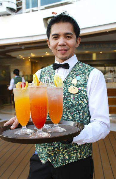Servicen ombord er i ypperste klasse, og ved bassenget serveres fargerike drinker hyppig. Foto: Ida Anett Danielsen