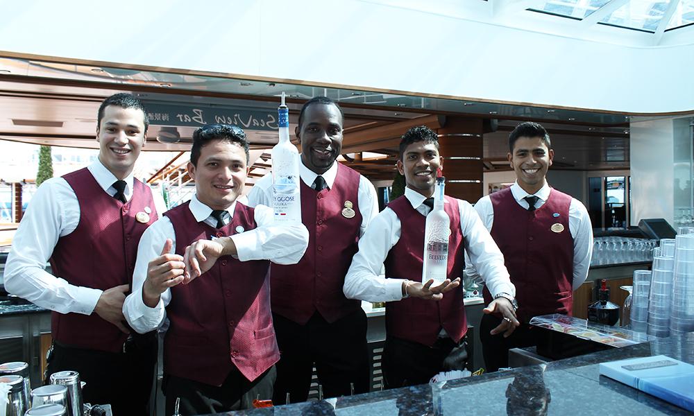 Bartenderne i SeaWalk Bar serverer både lekre drinker og underholder med Flair-show for publikum. Foto: Ida Anett Danielsen