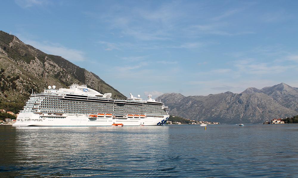 Et cruiseskip er som et flytende hotell, med basseng, solstoler og underholdning. Foto: Ida Anett Danielsen