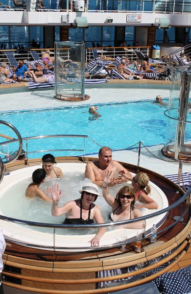 Venninnene Anne Hay og Sandra Patrick har funnet favorittplassen sin på skipet. Foto: Ida Anett Danielsen