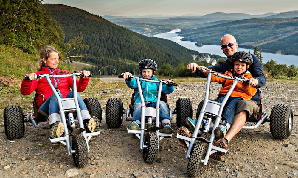 Aktiv moro: Å kjøre mountaincart er moro for hele familien. Foto: Explore Åre
