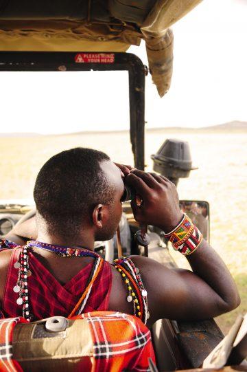Ut på tur: Masaiguiden Simon Masago har en utrolig evne til å finne dyr der vi ingen ser. Foto: Ronny Frimann