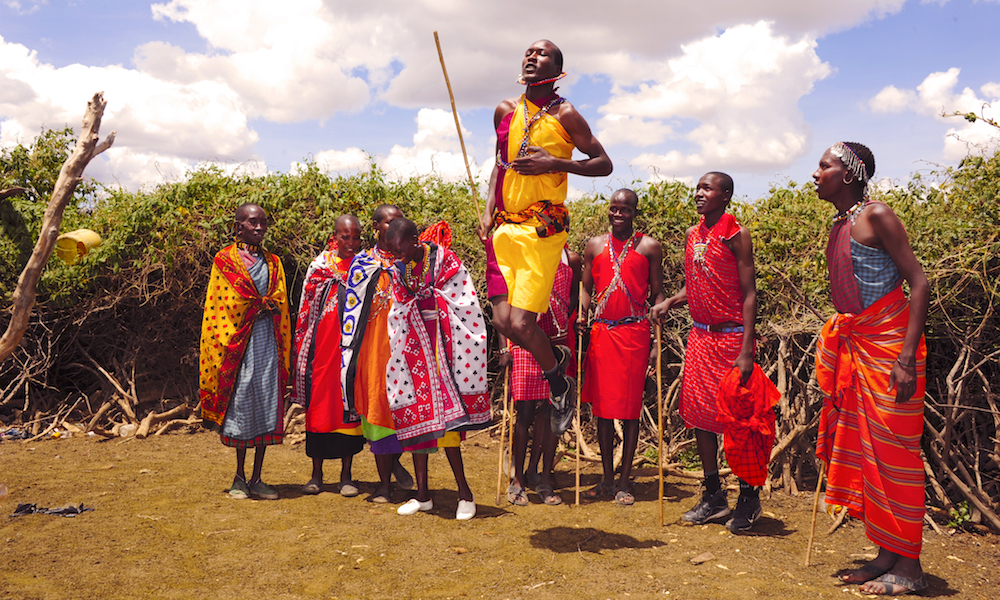 Tradisjon: I sine tradisjonelle shukaer er masaiene fargerike innslag på savannen. Og de er imponerende spreke! Bli med og test dine evner i hoppedans, og du skjønner. Foto: Ronny Frimann