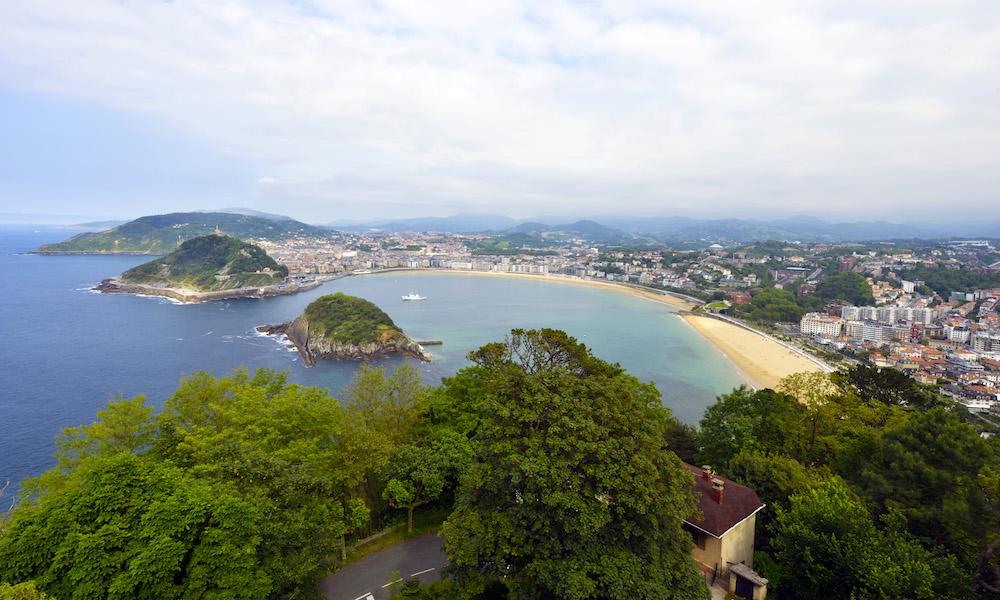 San Sebastián ligger vakkert til i en smul bukt nesten innerst i Biscayabukten. Den lange bystranda heter La Concha – Skjellet – på grunn av formen. Foto: Gjermund Glesnes