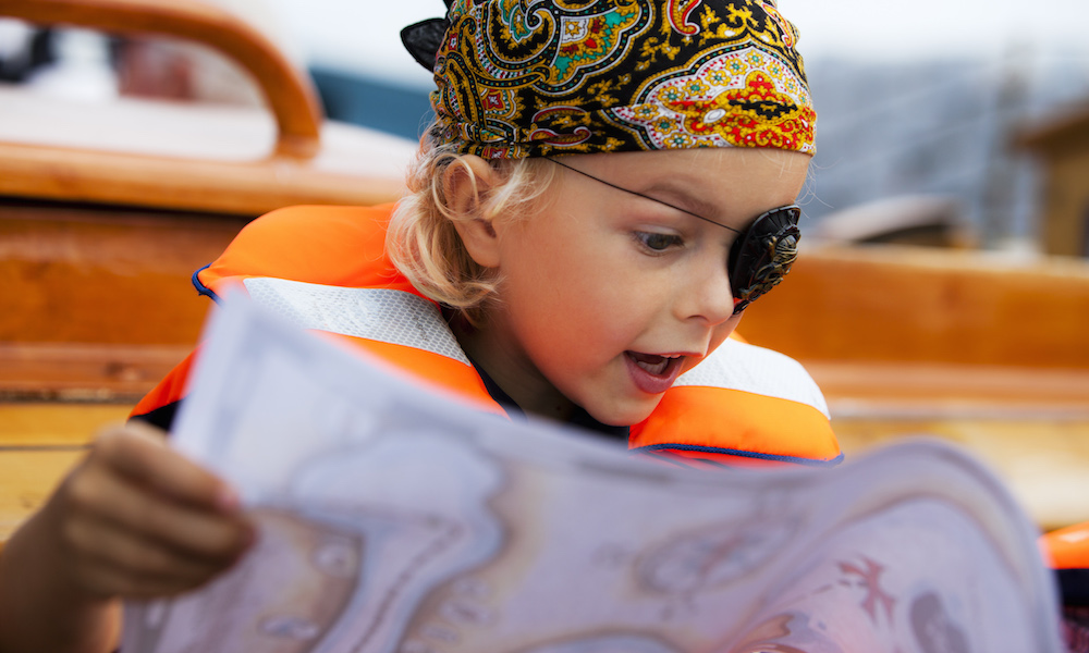 Snart er skatten vår: En seilas som ekte sjørøver på Vänern er favorittaktivitet blant barna. Foto: Øyvind Lund