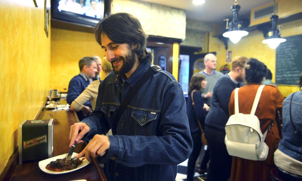 Borda Berri er for tida San Sebastiáns kanskje aller heteste adresse. Borja Garcia er spesielt glad i kalvekjaken og sopprisottoen til den enkelt innredede baren. Foto: Gjermund Glesnes