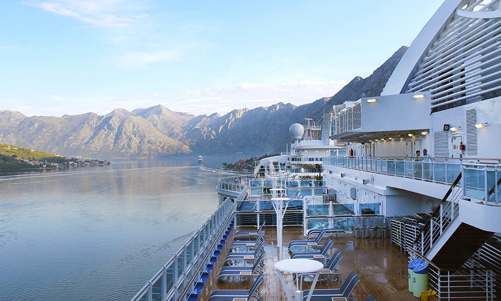 Nye Majestic Princess er kanskje et av de fineste cruiseskipene som noensinne er blitt laget. Her omringet av Kotors majestetiske fjell. Foto: Ida Anett Danielsen