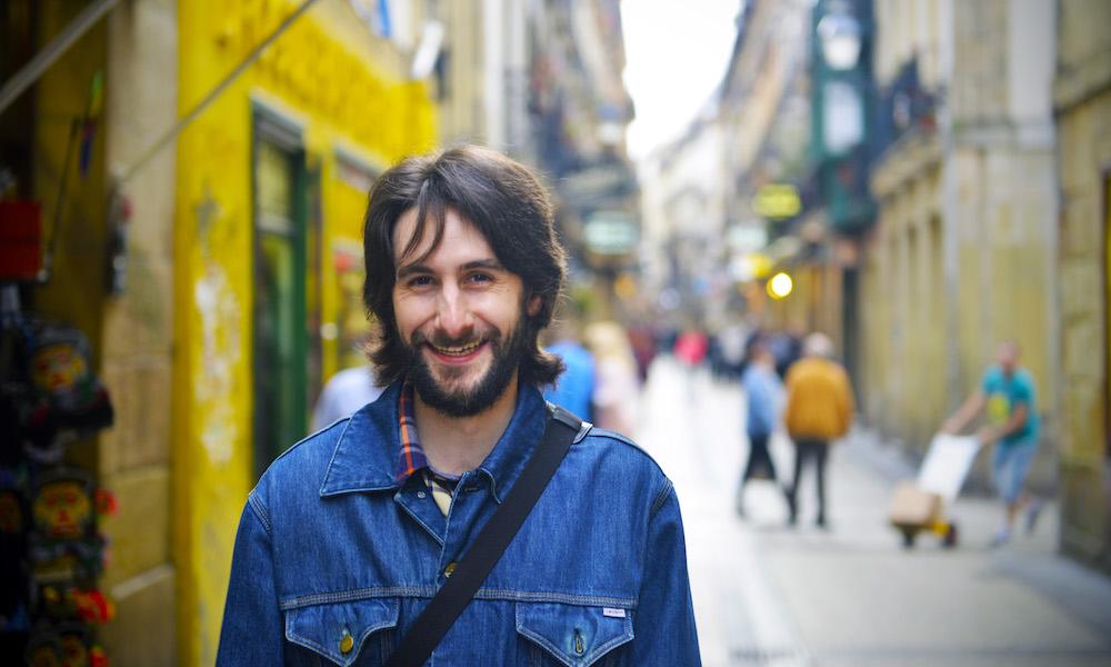 SPESIALIST: Borja Garcia fra San Sebastian Pintxos Tours begynte som matblogger. Nå bruker han oversikten over gamlebyens barer til også å hjelpe turister med å finne de beste pintxosene. Foto: Gjermund Glesnes