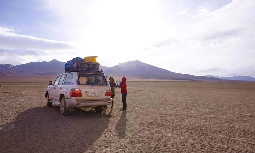 Bilen er fullpakket med det vi trenger for turen – soveposer, mat, vann, bord, stoler og sykler. Foto: Helene Iversen