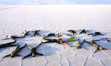 Det er ikke så mye i saltørkenen i Bolivia, foruten sand. Nettopp derfor er den et yndet sted for å ta morsomme bilder. Foto: Helene Iversen