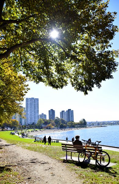 Vancouver har flere fine strender, og English Bay er en av dem. Ha piknik på gressletta eller nyt solen på en benk. Det er også et ypperlig sted å se solnedgangen. Foto: Mari Bareksten