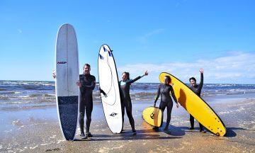 Surfekulturen står sterkt langs Sveriges vestkyst, enten du vil prøve SUP, wakeboard eller brettsurfing. Foto: Mari Bareksten