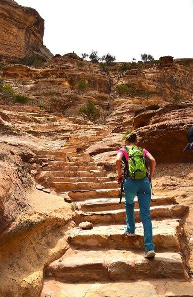 Vi sniker oss opp de berømte trappene, og inn bakveien til Petra. Foto: Torild Moland