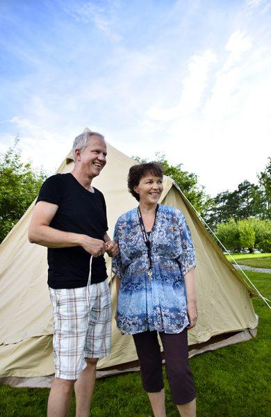 Rune Granberg og Siri Hallaren kjøpte først et telt til seg selv, før de skjønte at flere ønsket seg det gode liv på glamping. Foto: Mari Bareksten