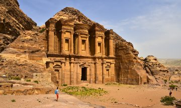 Det storslagne Klosteret på toppen av oldtidsbyen Petra er en verdig avslutning på en helt magisk fottur. Dette ble hugget rett ut av fjellet for over 2000 år siden! Både landet, folket og naturen tar pusten fra deg. Foto: Torild Moland
