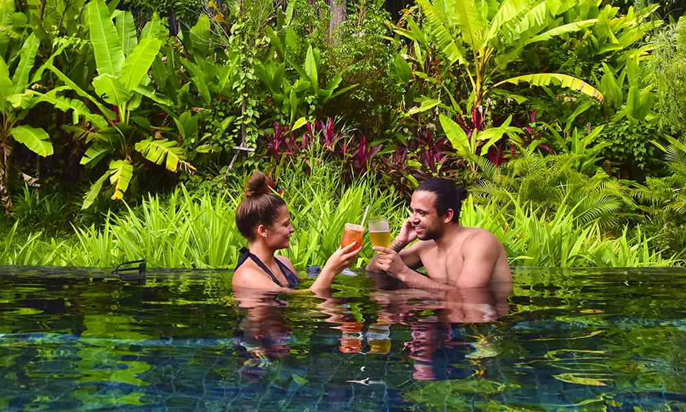 Det er ingen tvil om hvilken farge som går igjen på boutiquehotellet Keemala, som har tatt naturen og regnskogen rundt seg i bruk i hotellets utforming. Foto: Mari Bareksten