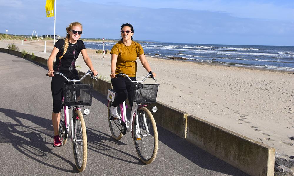 Langs Sveriges nye sykkelvei, Kattegatleden, ligger fine sandstrender, sjarmerende landsbyer og koselige «fika»-kafeer. Foto: Mari Bareksten