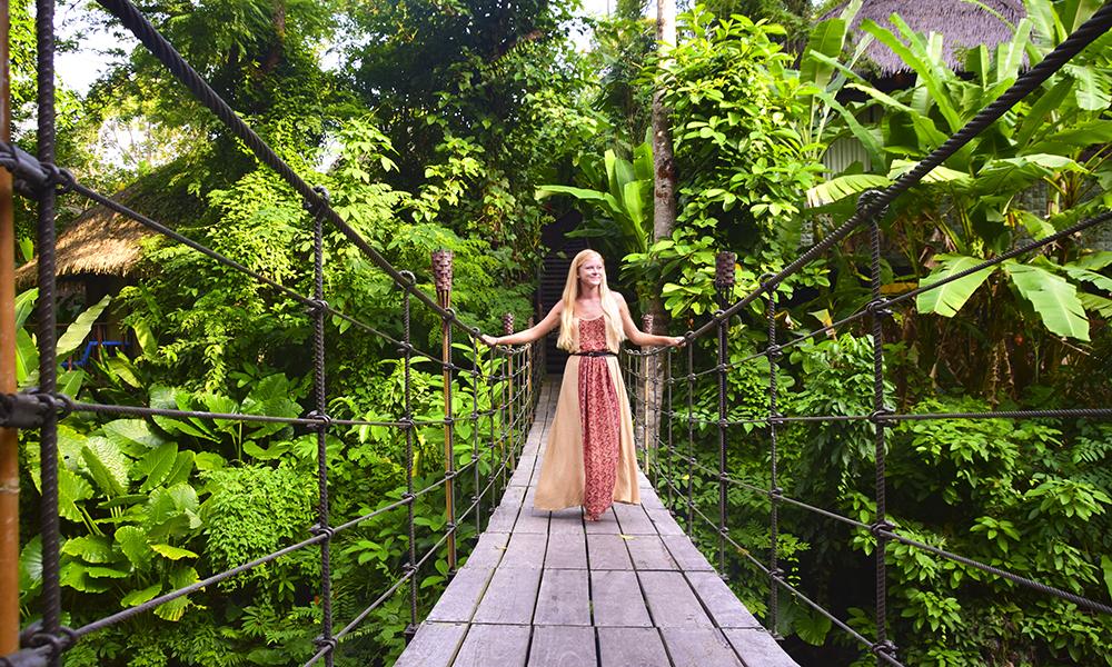 En hengebro hvor det oppfordres til å meditere – Keemala er som skapt for avslapning og ro. Foto: Mari Bareksten