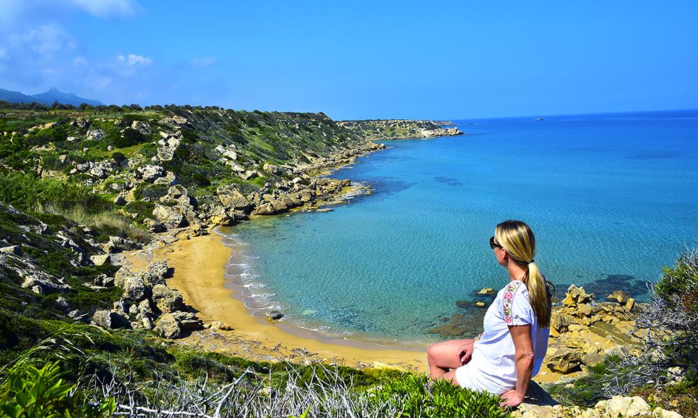 Nord-Kypros er full av vakre bukter som dette, med turkist hav og solgyllen sand. Øya har 300 dager med sol og gode temperaturer året rundt. Foto: Ronny Frimann