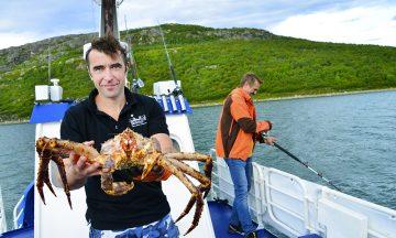Kaptein, guide, dykker, kokk og til slutt servitør Anton Kalinin (45) har akkurat hentet opp dagens middag fra havet, som han skal tilberede på dekk. Foto: Torild Moland