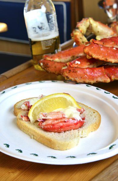 Det er kaptein Anton som har gjort mesteparten av jobben – først har han hentet krabbene i havet, så kokt dem på dekk, og til slutt servert dem med dill og majones. Nyt! Foto: Torild Moland